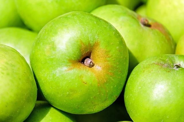 De gröna äpplen av typen Granny Smith som hjälper dig att göra världens godaste äppelkaka.